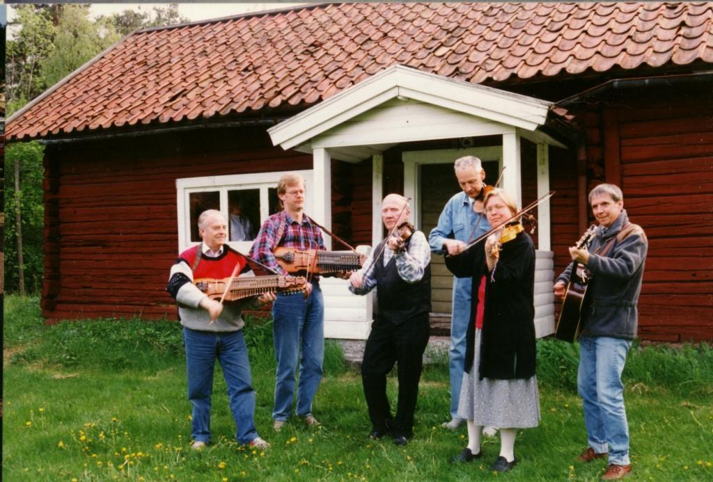Ingemar Skoglund, Lennart Nordin, Yngve Andersson, Bo-Lennart Karlsson, Kerstin Lanbeck-Vallén, Staffan Vallén. Hjulåkers Spelmän vid Hjulåkersstugan i Järna 1987. Foto Gun-Britt Skoglund.