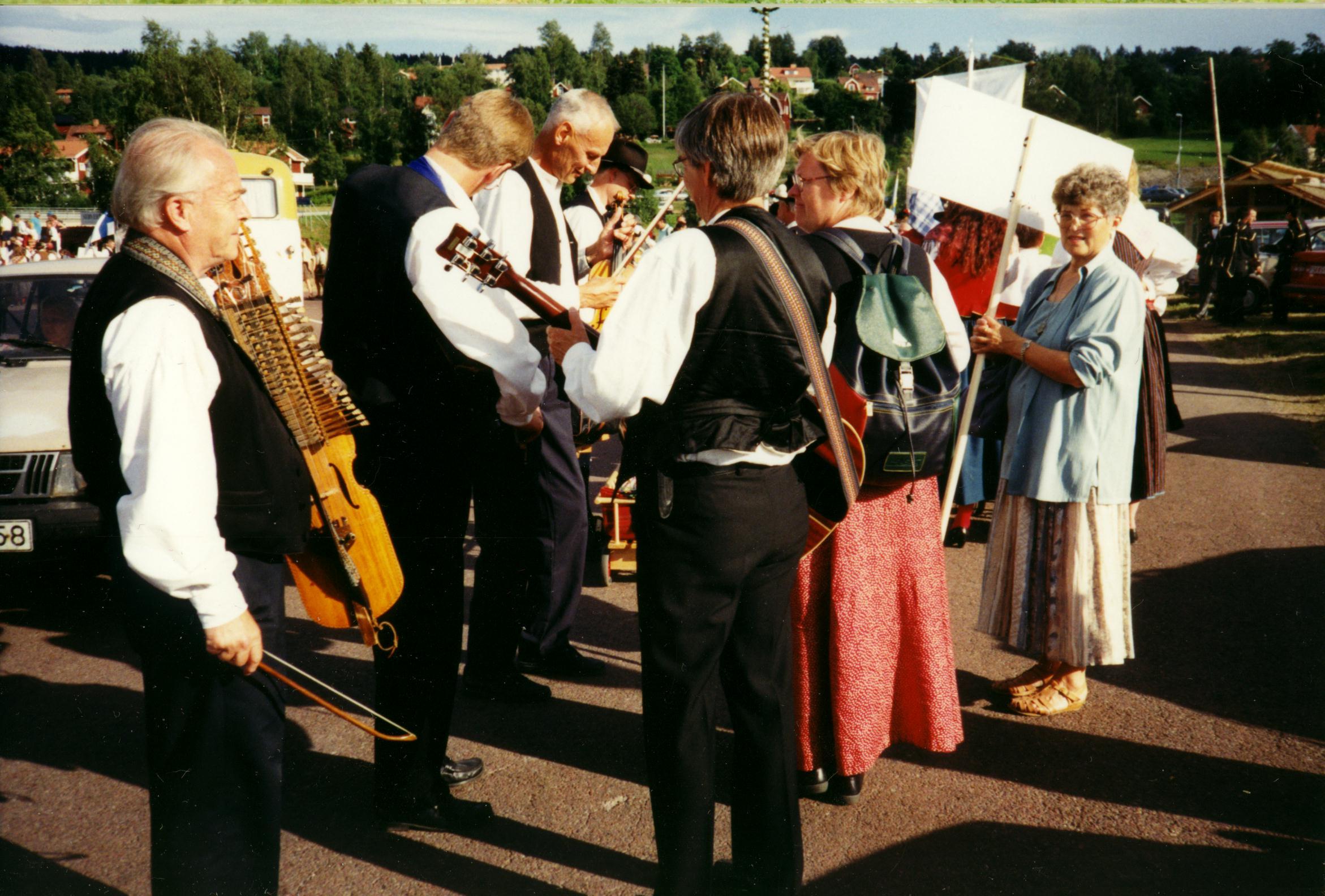 Rättvik Folklore Festival. Snart dags att tåga genom stan till Rättviksparken. Foto Lena Nordin.
