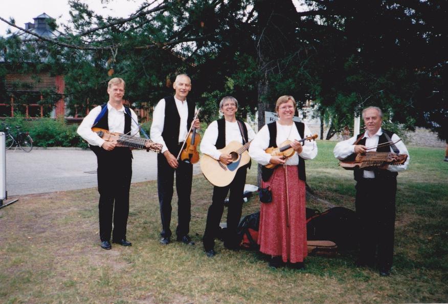 Rättvik Folklore Festival 1997; på väg för att spela på gågatan, foto Gun-Britt Skoglund